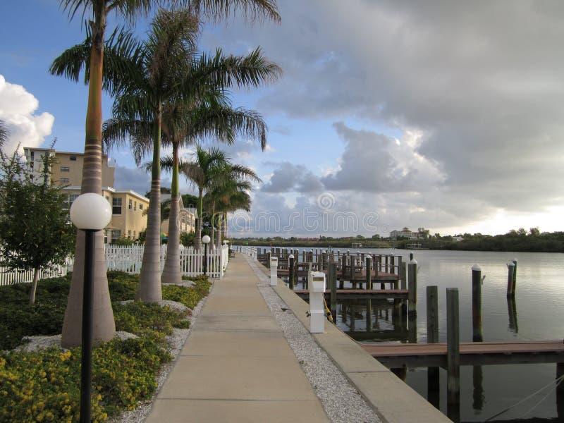 Озеро в Флориде бежать через курорт стоковые изображения rf