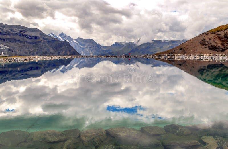 Озеро в швейцарских Альпах стоковая фотография rf