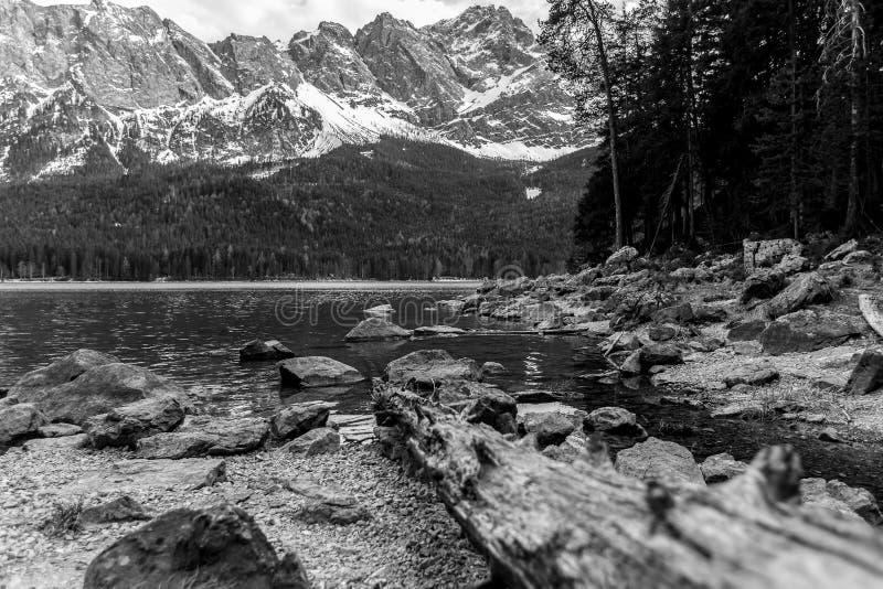 Озеро Германия Eibsee с горной цепью zugspitze на заднем плане черно-белой стоковые фото
