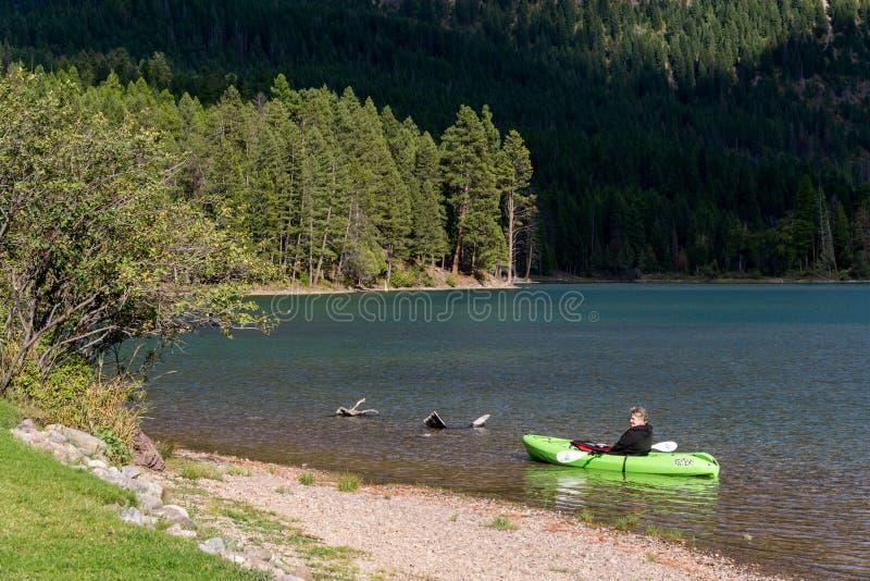 ОЗЕРО ГОЛЛАНДИИ, MONTANA/USA - 19-ОЕ СЕНТЯБРЯ: Сценарный вид на озеро h стоковые изображения rf