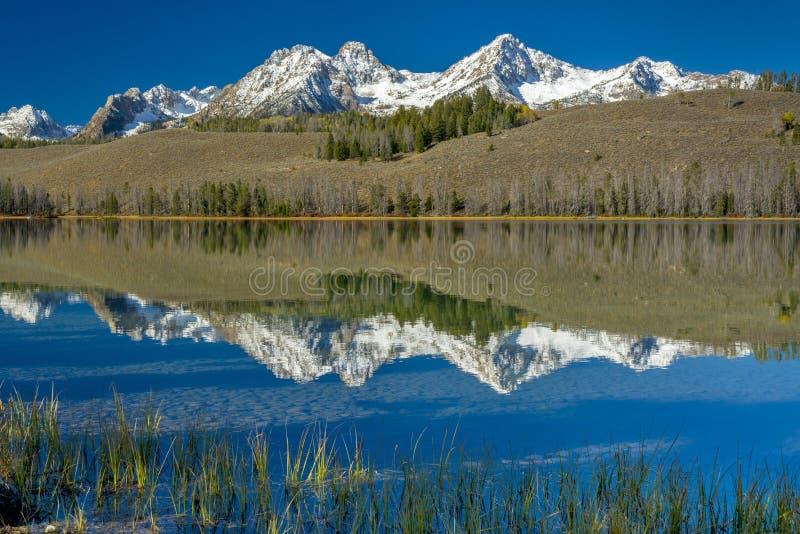 Озеро горы Айдахо с отражениями стоковое изображение
