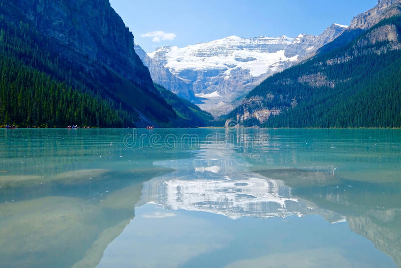 Озеро, горы, ледник и отражения бирюз высокогорные стоковые фото