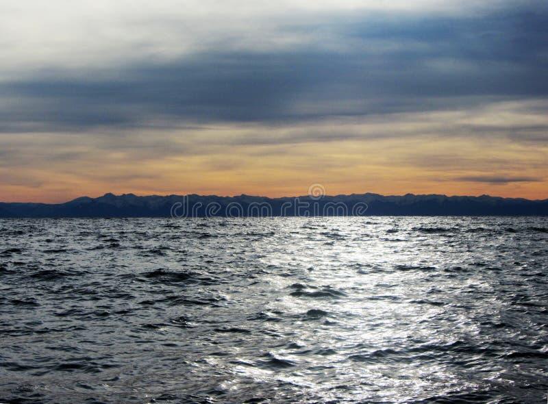 Озеро, горы и небо стоковые фотографии rf