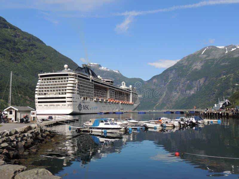 Озеро горы ландшафта MSC фьордов круиза Geiranger Норвегии стоковое изображение
