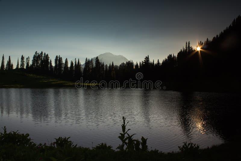 Озеро гор в заходе солнца стоковые изображения rf