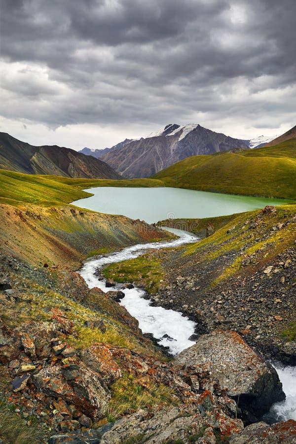 Озеро гор в Кыргызстане стоковые изображения rf