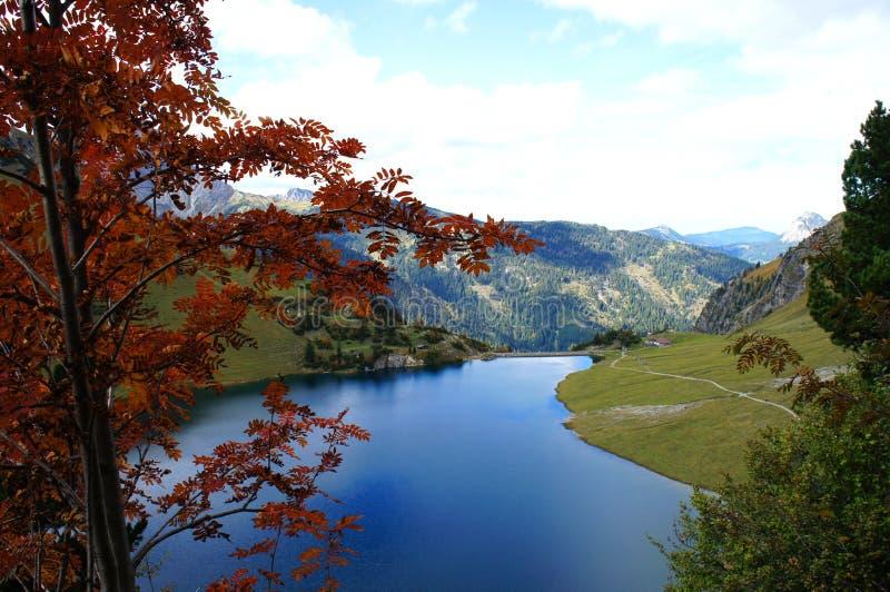 Озеро гор в осени стоковые фотографии rf