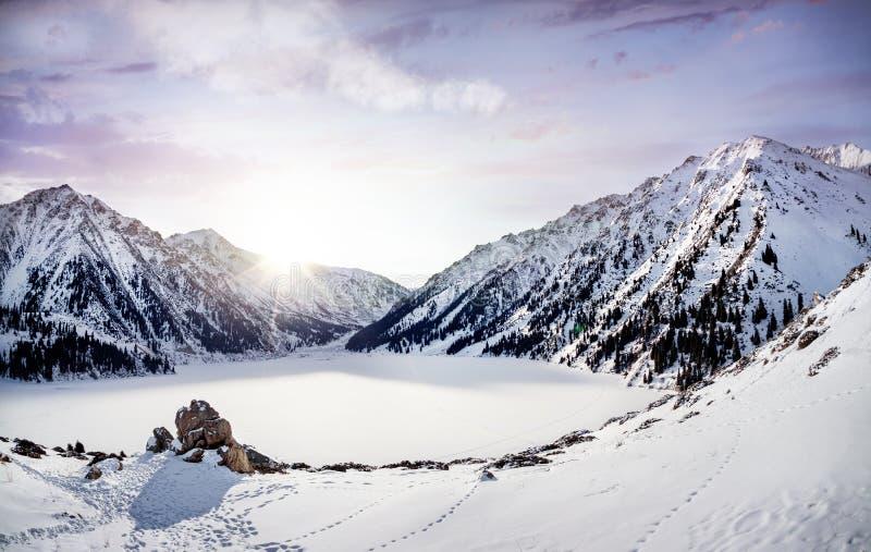 Озеро гор зимы стоковое изображение rf