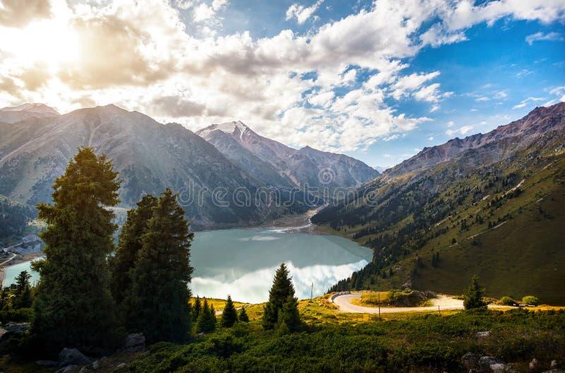 Озеро гор на восходе солнца стоковое изображение rf