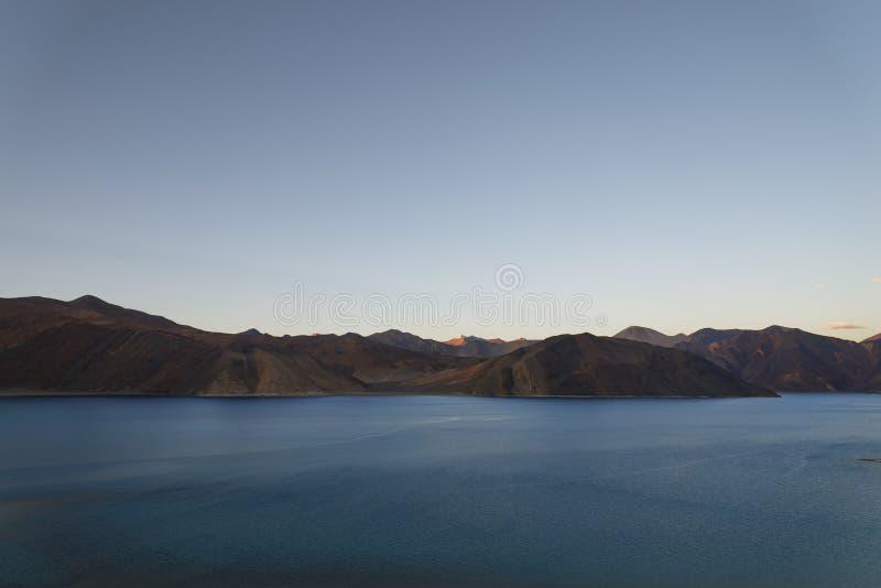 Озеро гор на сумерк стоковые изображения