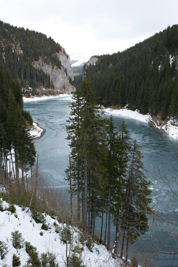 Озеро гор на wintertime стоковые изображения