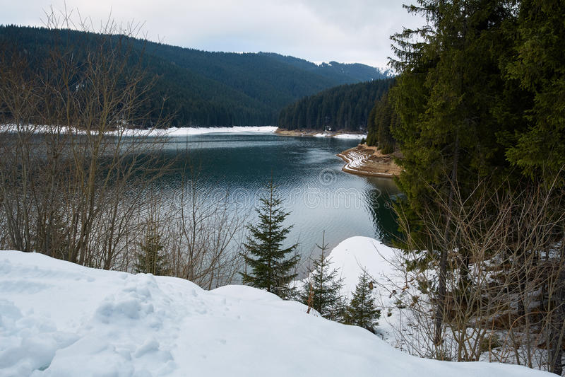 Озеро гор на wintertime стоковое фото