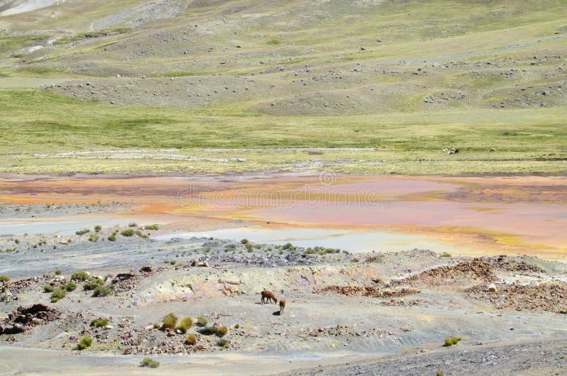 Озеро гор с оранжевой водой цвета металла стоковая фотография rf