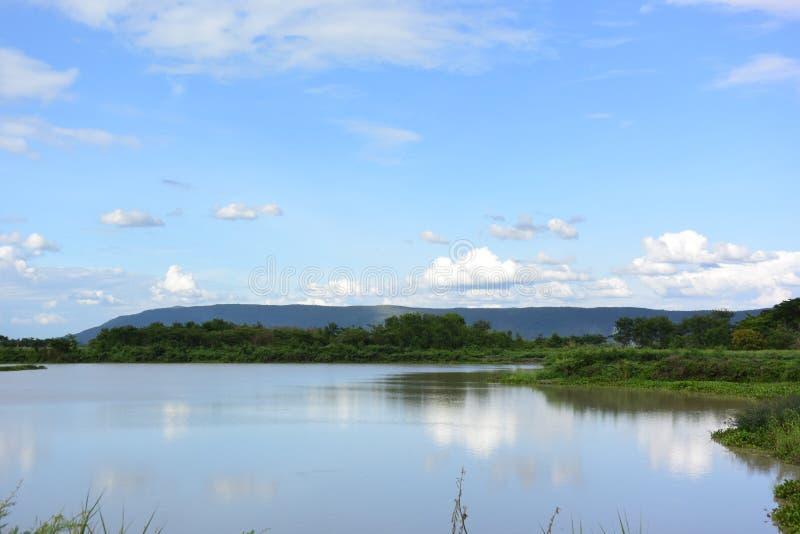 Озеро дальше вокруг горы стоковая фотография rf