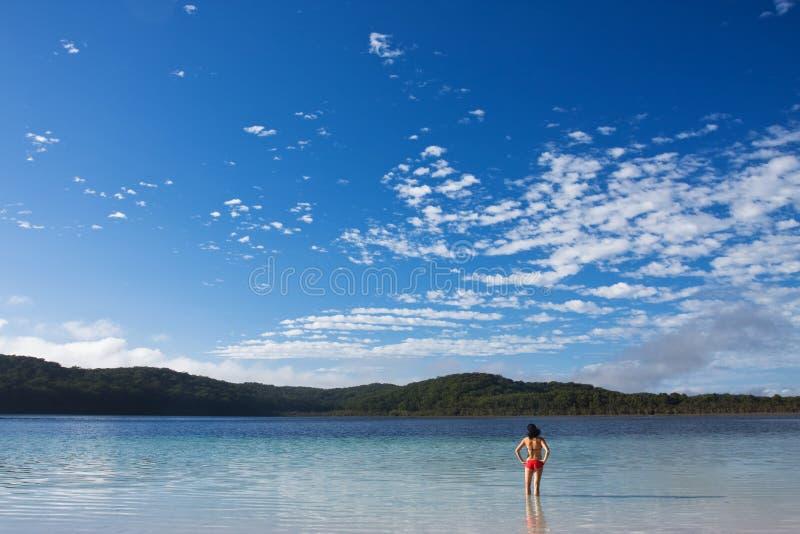 озеро девушки стоя спокойные детеныши стоковая фотография