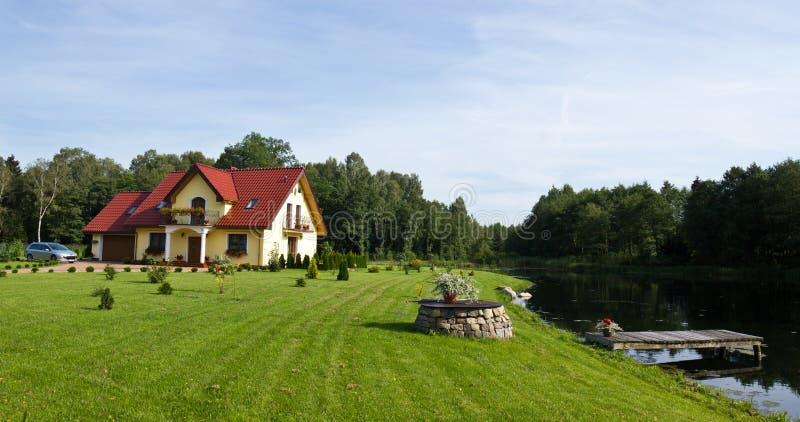 озеро дома семьи стоковая фотография rf
