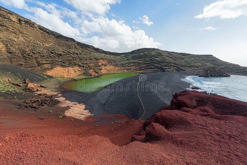 Озеро зеленого цвета El Golfo и вулканическая береговая линия, Лансароте, Испания стоковые изображения