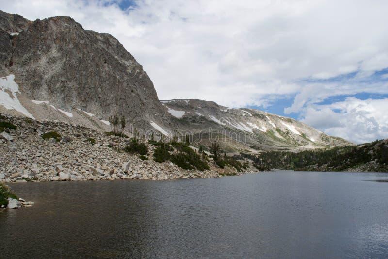 Озеро зеркал пика смычка медицины обозревая, ряд Snowy стоковые изображения