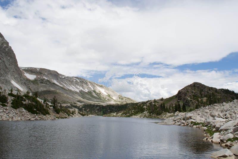 Озеро зеркал пика смычка медицины обозревая, ряд Snowy стоковая фотография rf