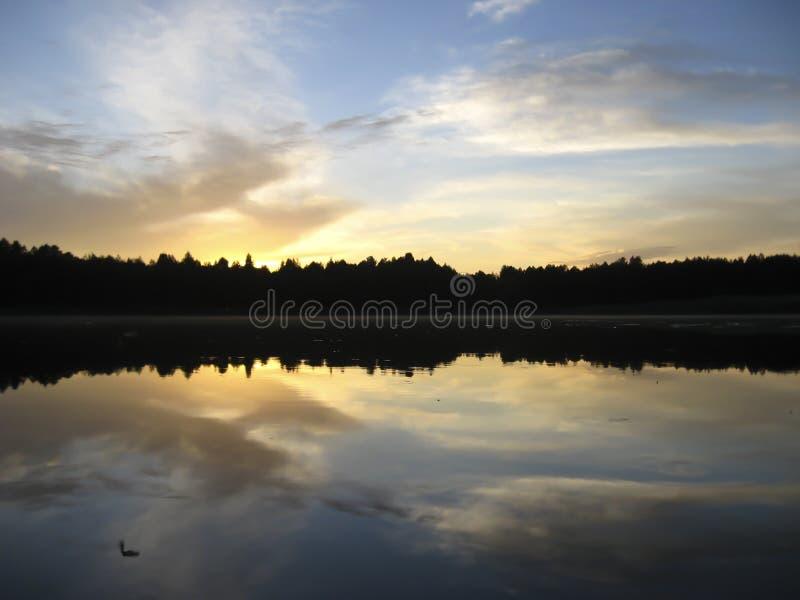 Озеро и взгляды захода солнца стоковое изображение