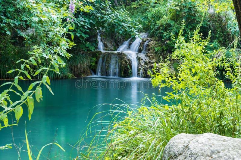 Озеро и водопад гор в районе Polilimnio в Messinia стоковые фотографии rf