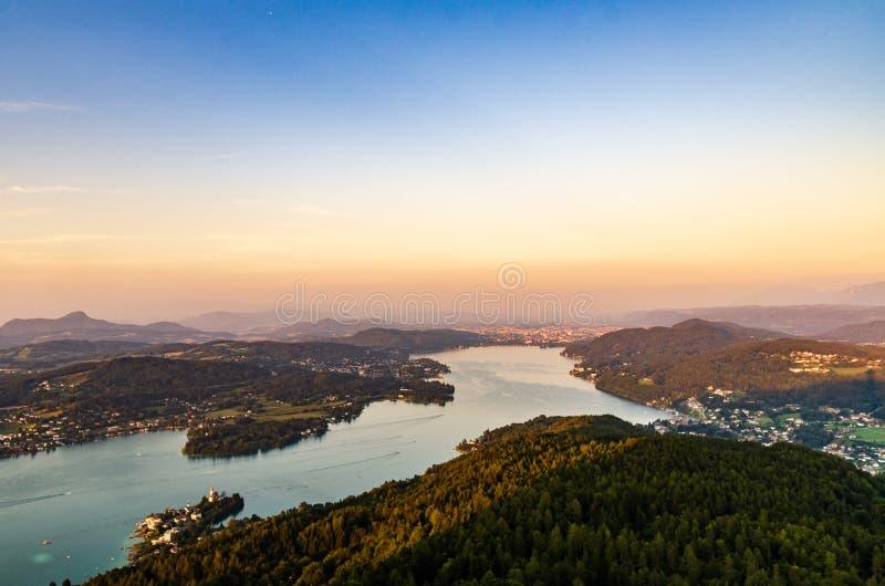 Озеро и горы панорама на туристическом месте Worthersee Karnten Австрии стоковые изображения