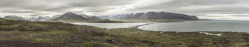 Озеро и горы Miklavatn на Tröllaskagi, Исландии - Panorami стоковые изображения
