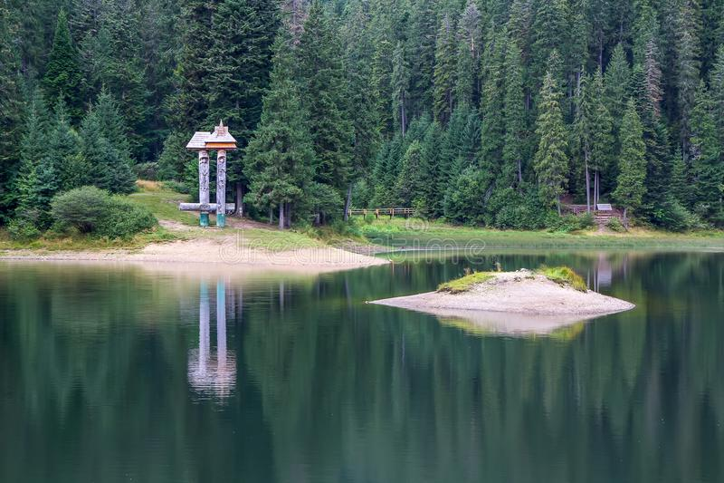 Озеро и горы Synevyr на предпосылке национальный естественный парк стоковая фотография