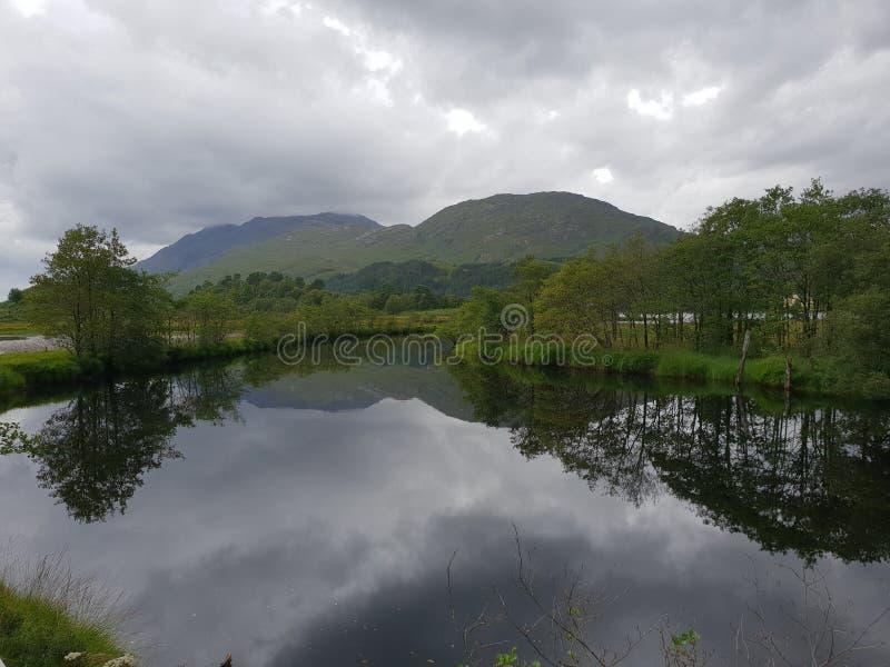 Озеро и держатель, природа стоковые изображения rf
