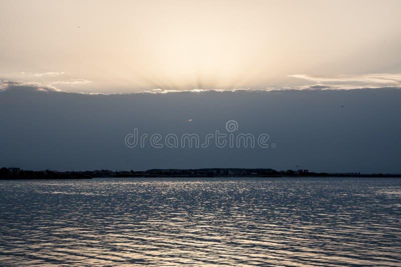 Озеро и заходящее солнце стоковые изображения rf