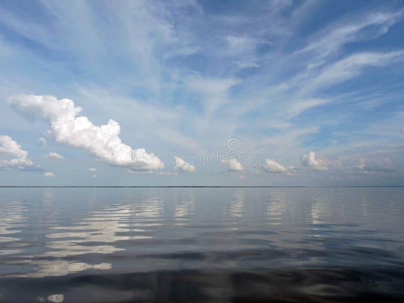Озеро и красивое облачное небо стоковое изображение