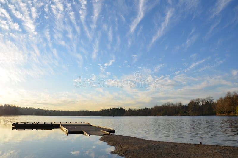 Озеро и небо в КАНАДЕ стоковая фотография rf