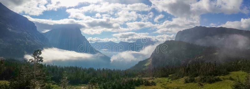Озеро и долина ` s St Mary, от пропуска Logan, национальный парк ледника стоковые изображения rf