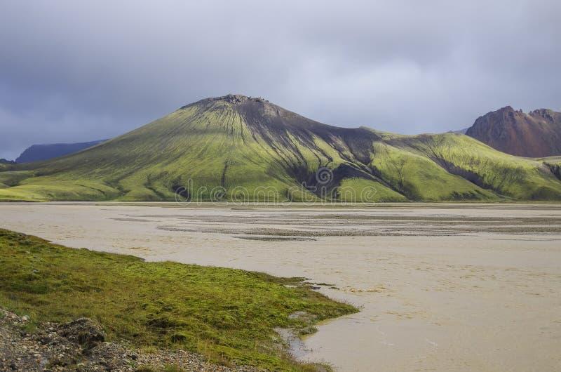 Озеро и покрытые мх вулканические горы Landmannalaugar Icela стоковая фотография
