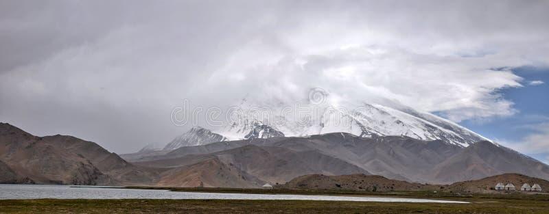 Озеро каракул и свой известный ландшафт в автономной области Синьцзян уйгурской Китая стоковая фотография rf