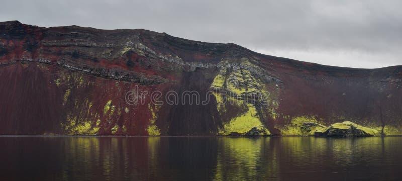 Озеро кратера Ljotipollur, глубоко внутри гористых местностей Исландии стоковое изображение rf