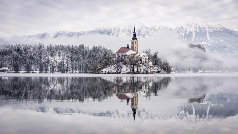 Озеро кровоточенное с церковью St Marys предположения на небольшом кровоточенном острове -, Словении, Европе стоковые изображения rf