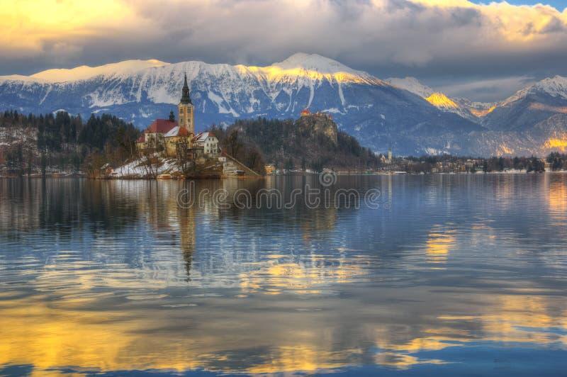 Озеро кровоточило, церковь предположения девой марии, кровоточенного острова, кровоточенного замка, Словении - изображения зимы стоковые изображения rf