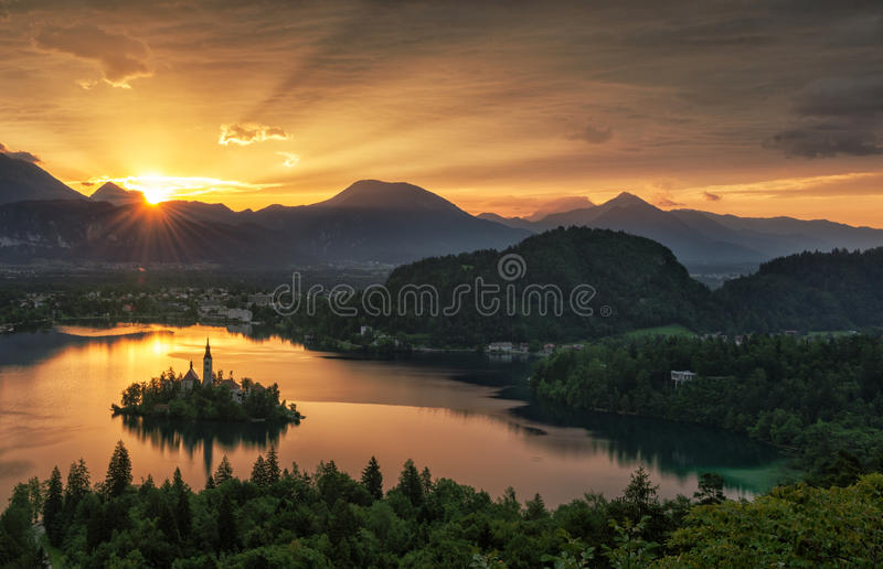 Озеро кровоточило, остров и горы в предпосылке, Словении, Европе стоковые фотографии rf