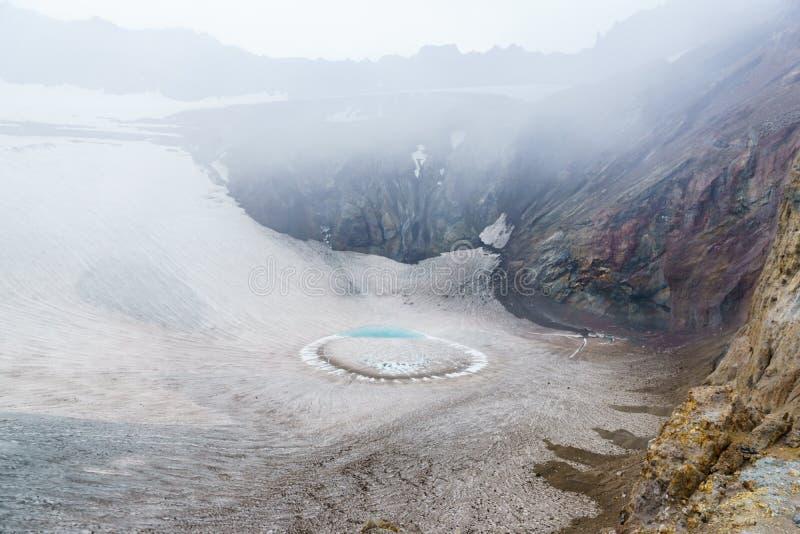 Озеро лед в кратере вулкана Gorely, Камчатка, России стоковое фото