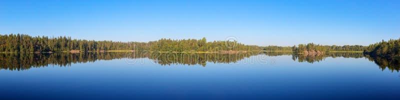 Озеро лес в затишье лета стоковые изображения rf