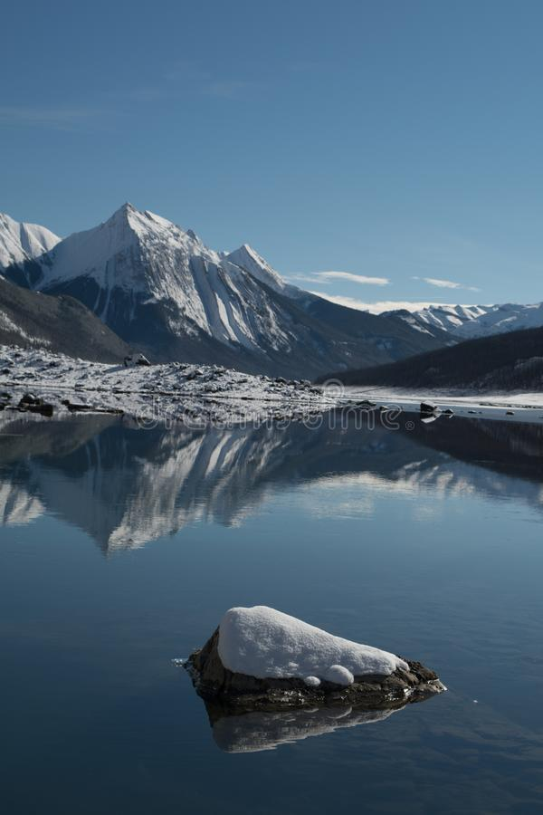 Озеро медицин в национальном парке яшмы в Альберте Канаде стоковые изображения rf