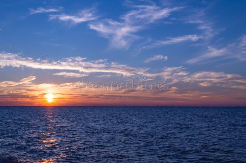 озеро Мичиган над заходом солнца стоковые фотографии rf