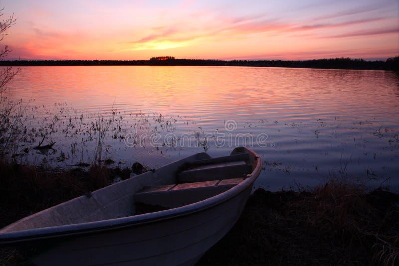 озеро над заходом солнца стоковое изображение rf