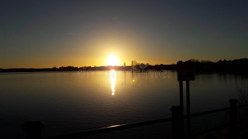 озеро над заходом солнца стоковые изображения rf