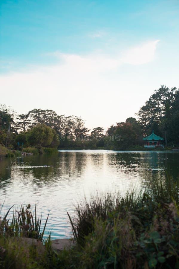 Озеро на парке Лонг-Бич, Калифорния Калифорния с хорошим знана ли размещенный в Соединенных Штатах стоковое изображение