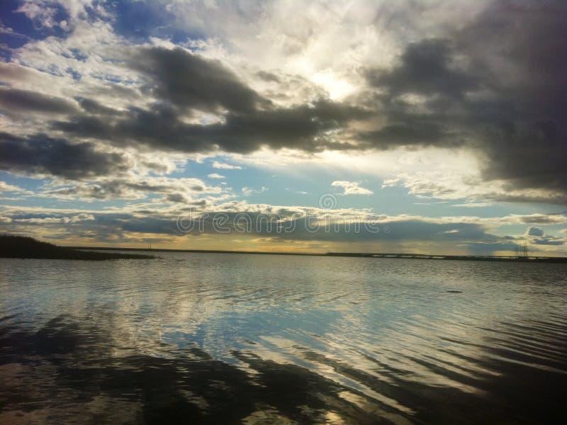Озеро на полуострове Yamal в лучах солнца вечера стоковые фотографии rf