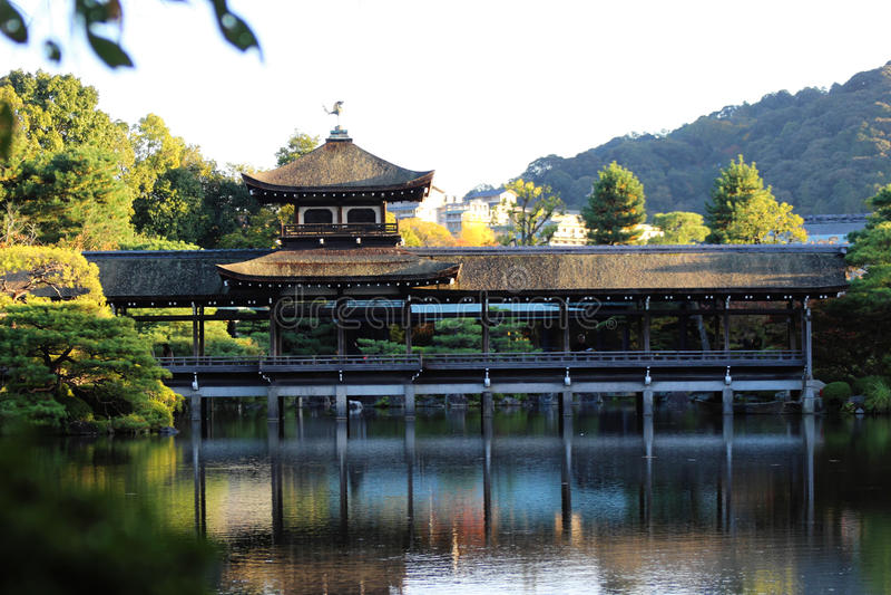 Озеро на святыне Heian, Киото, Японии стоковое изображение