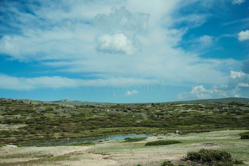 Озеро на скалистом ландшафте с куполами старой радиолокационной станции стоковые фото