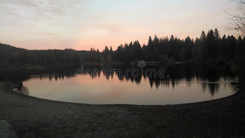 Озеро на сумраке стоковые фото